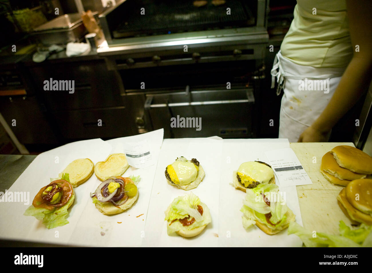 preparing a hamburger in Burger Joint restaurant at Parker Meridien hotel New York - Stock Image