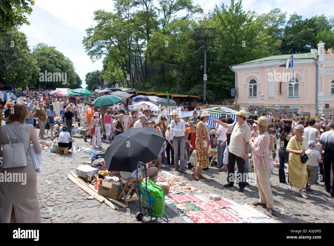 Andrijivskyj road souvenir market and dealer shoppers in Kiev, Ukraine 2005 - Stock Image