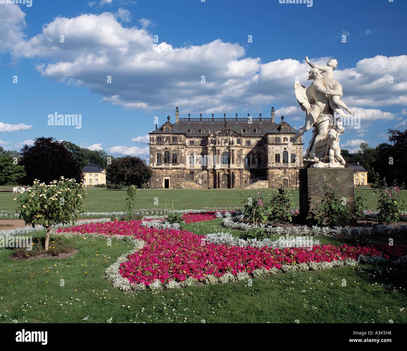 Grosser Garten in Dresden mit Gartenpalais und Skulpturengruppe Stock Photo