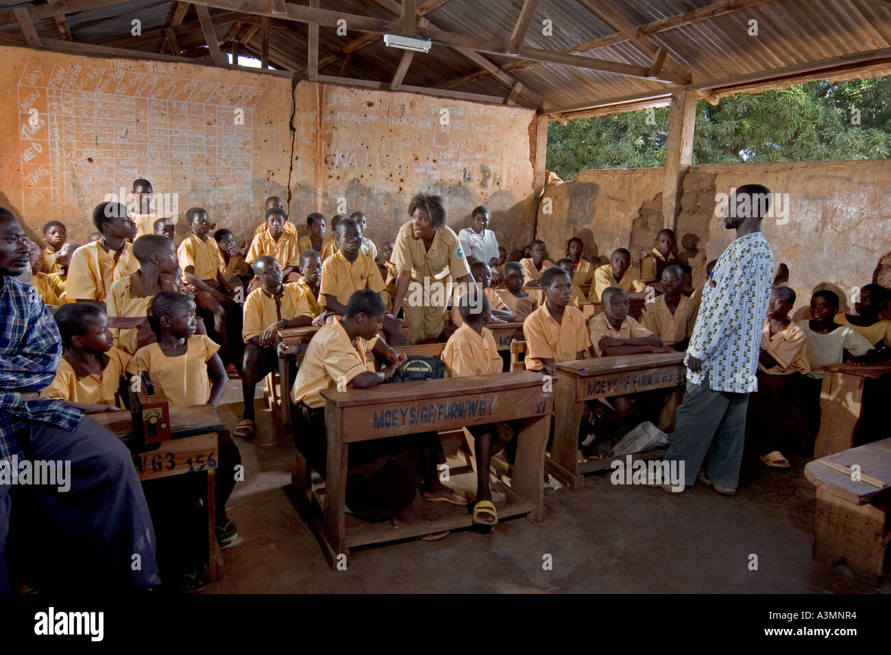 Village school class with mixed group of senior pupils, Kabampe, Northern Ghana - Stock Image