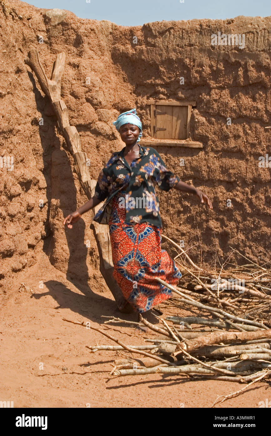 Village woman, Larabanga, Ghana, having just used a ridgid ladder made from tree trunk to get down from her house - Stock Image