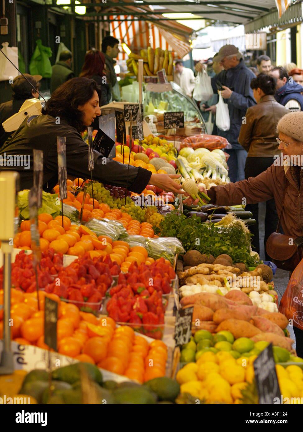 Naschmarkt Obst und Gemüsestand market woman waits on a customer - Stock Image