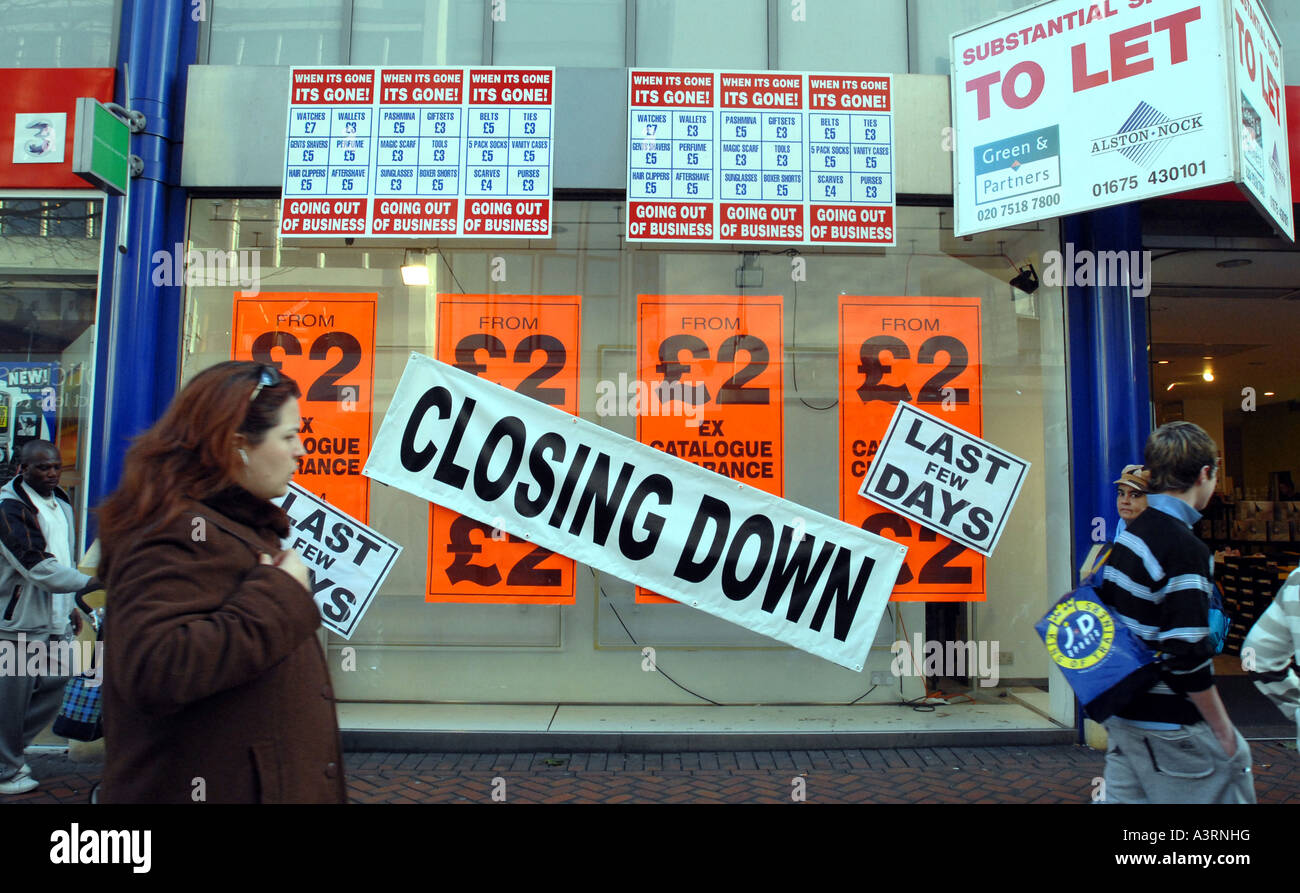 A CLOSING DOWN  BRITISH HIGH STREET SHOP RE ECONOMIC DOWNTURN SHOPPERS RECESSION RISING RENTS SHOPPING SHUT LET - Stock Image