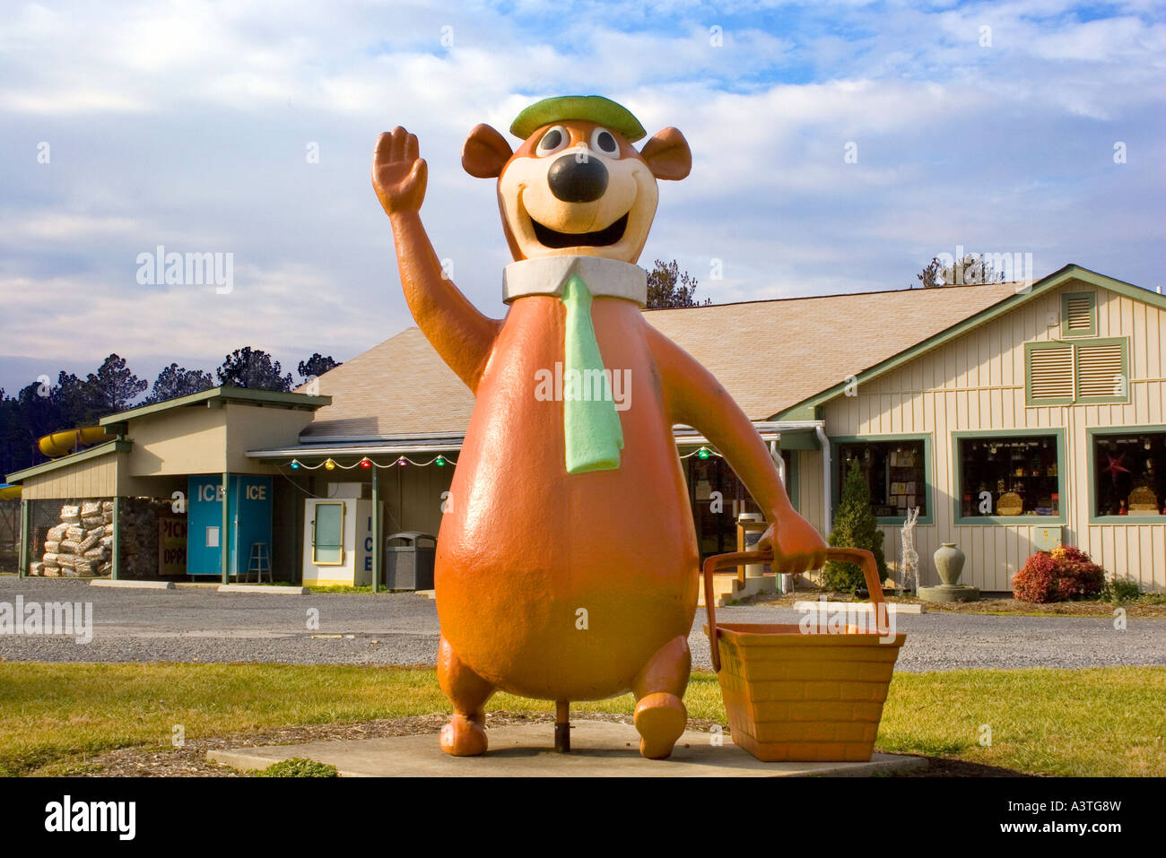 Yogi Bear Statue At A Jellystone Park Campground In Luray Virginia Stock Photo Alamy