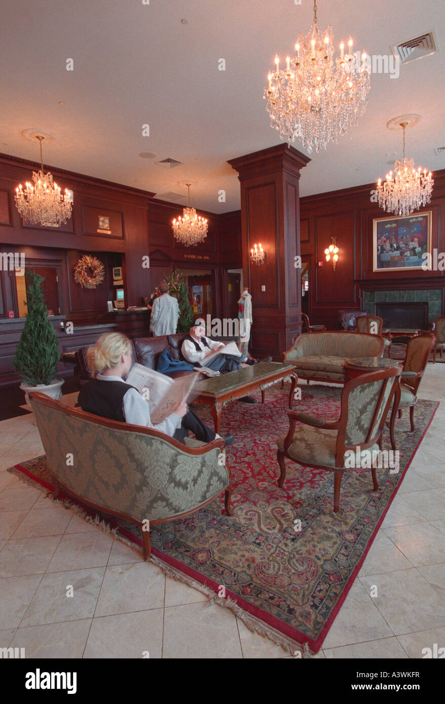 GUESTS AT THE LANDMARK INN IN DOWNTOWN MARQUETTE MICHIGAN RELAX IN THE HOTEL S LOBBY - Stock Image