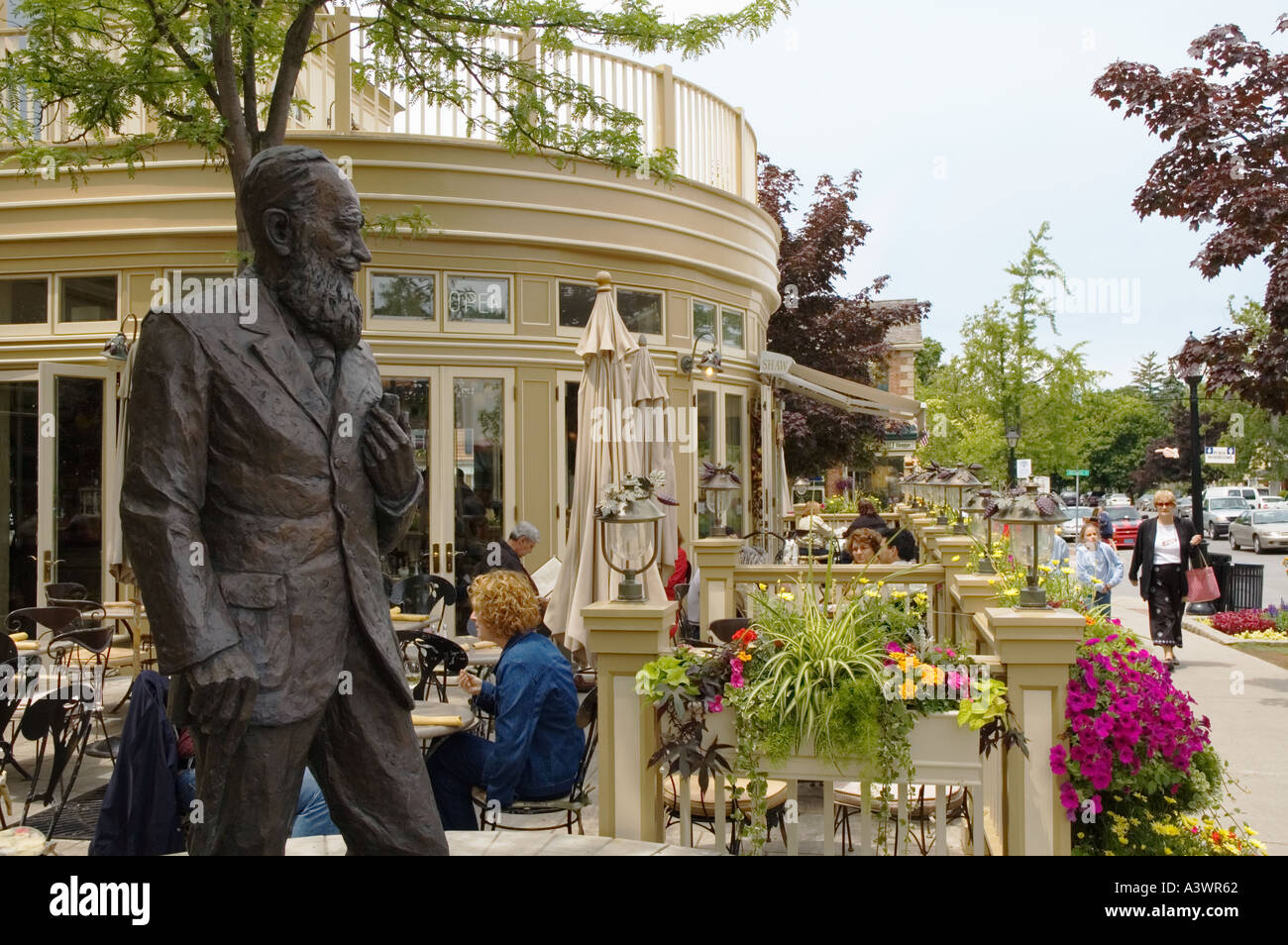 Canada Ontario Niagara on the Lake Shaw Cafe and Wine Bar bronze statue of George Bernard Shaw exterior terrace - Stock Image