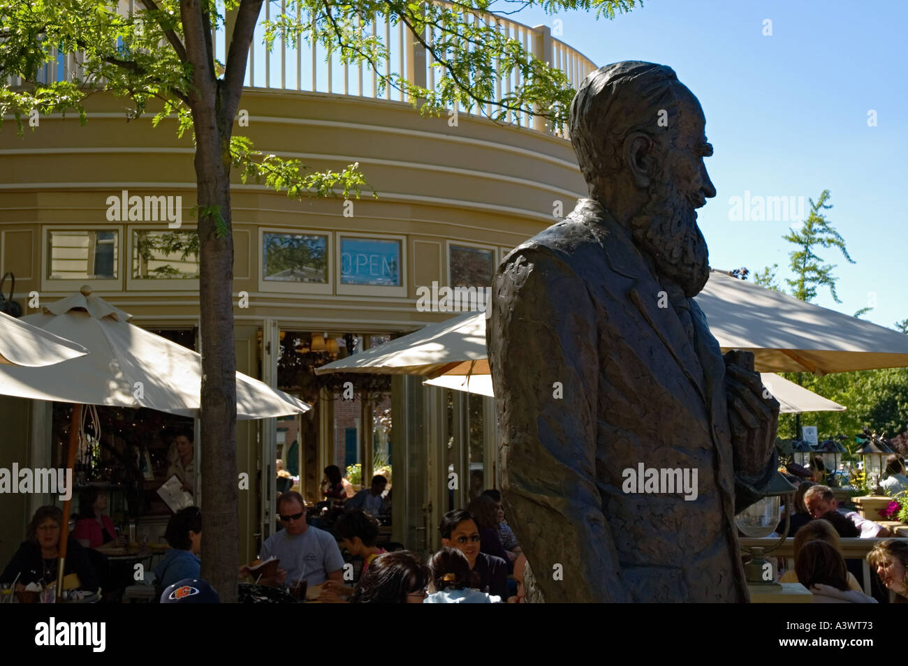 Canada Ontario Niagara on the Lake Shaw Cafe and Wine Bar bronze statue of George Bernard Shaw exterior patio - Stock Image