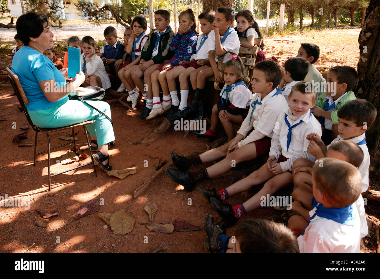 A school teacher with a class, Vinales valley, Pinar del Rio province, Cuba, West Indies. - Stock Image