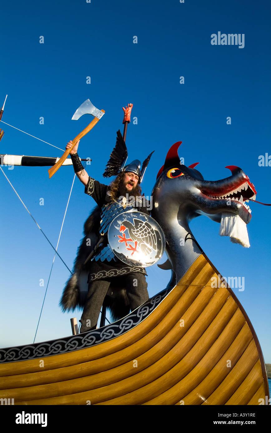 dh Up Helly Aa procession LERWICK SHETLAND Guizer Jarl Einar of Gullberuvik and Viking longship galley Moogi prow Stock Photo