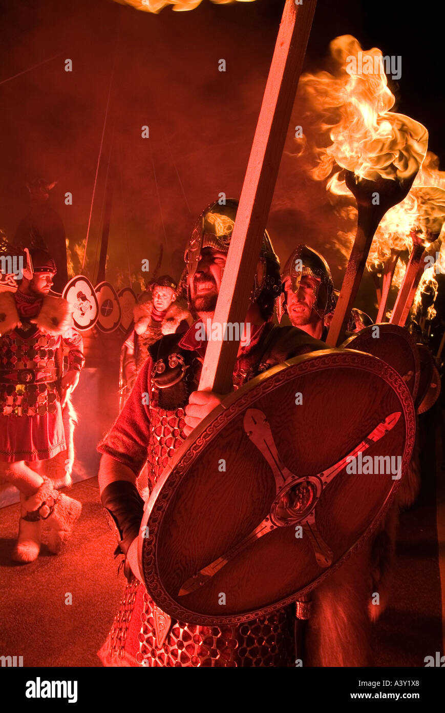 dh Up Helly Aa fire procession LERWICK SHETLAND Vikings escorting Viking torch parade festival shetlands jarl squad torches - Stock Image