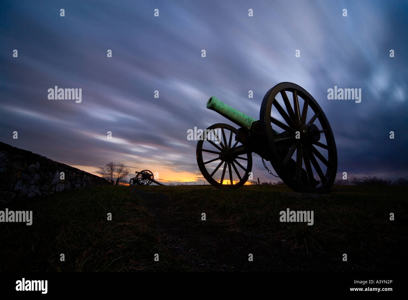 Antietam Battlefield. American Civil War cannons cannon guns at the Final Attack ridge stone wall. Dramatic sky - Stock Image