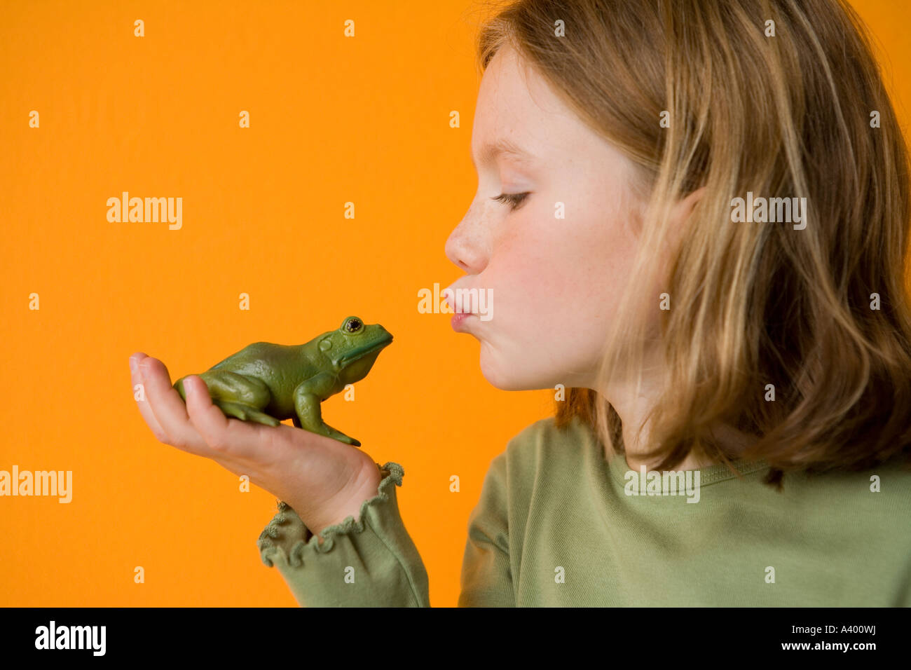 Girl Girl Kissing Frog Stock Photos Girl Frogsing Frog Stock Images - Alamy-5379