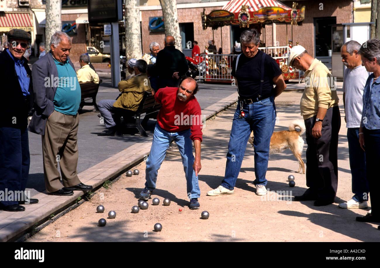 Provence man men Petanque jeux  ball boule boules - Stock Image