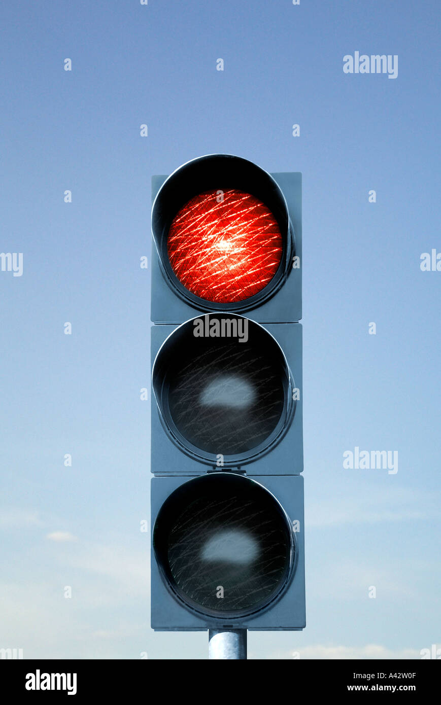 Traffic light device before blue sky Ampelanlage vor blauem Himmel - Stock Image