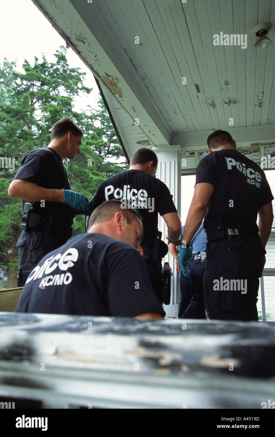 Police officers doing paper work at crime scene. Kansas City, MO, PD, USA. Street Narcotics Unit. - Stock Image