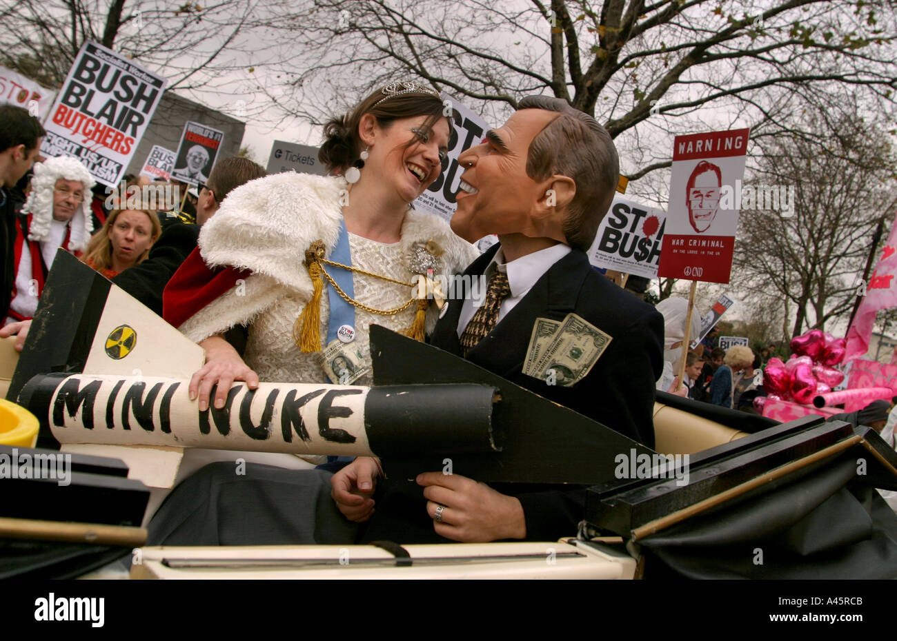 demonstrators dressed as queen elizabeth and u s president george w bush travel in a horse drawn carriage towards Stock Photo