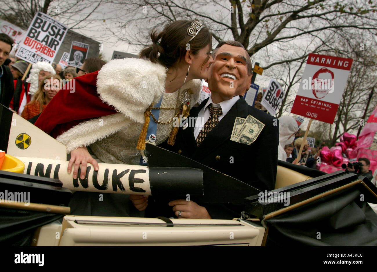 a demonstrator dressed as queen elizabeth kisses a demonstrator dressed as u s president george w bush as they travel Stock Photo
