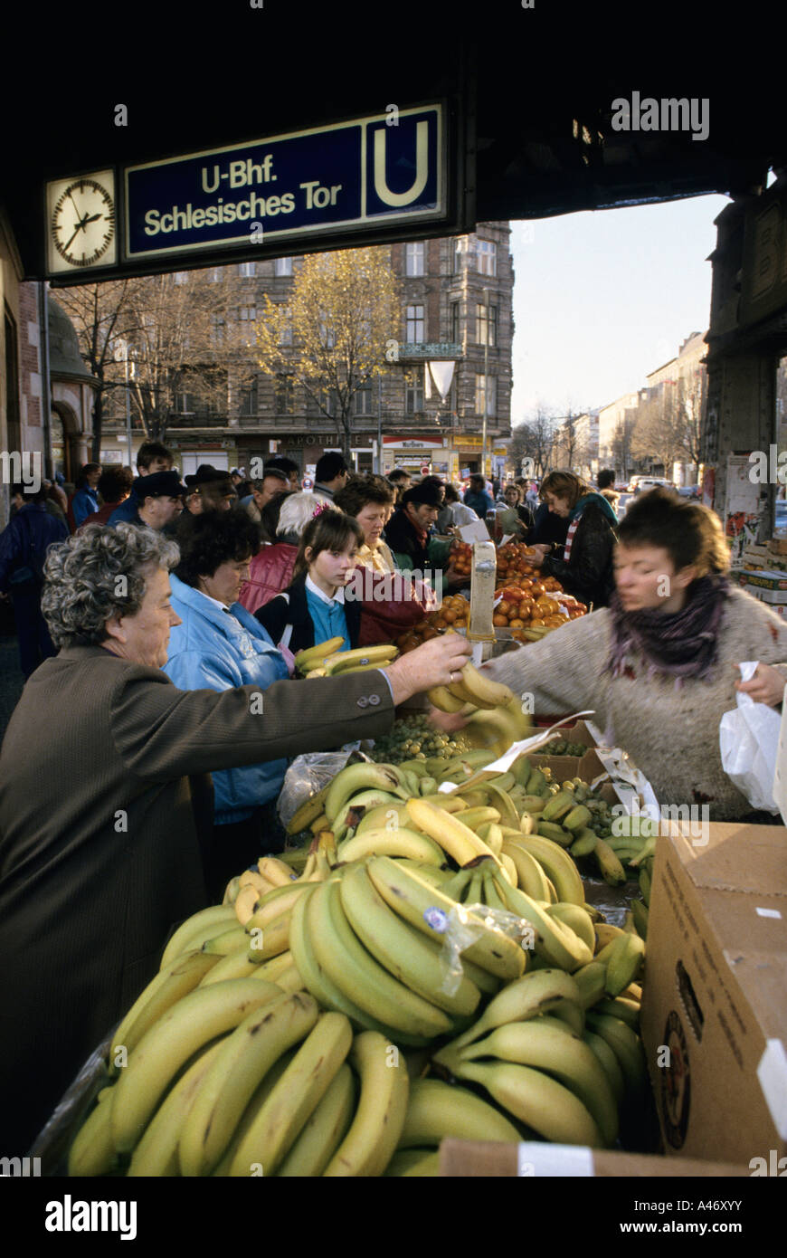 Fall of the Berlin Wall: at the Station Schlesisches Tor, citizens from East Berlin buy bananas, Berlin, Germany - Stock Image