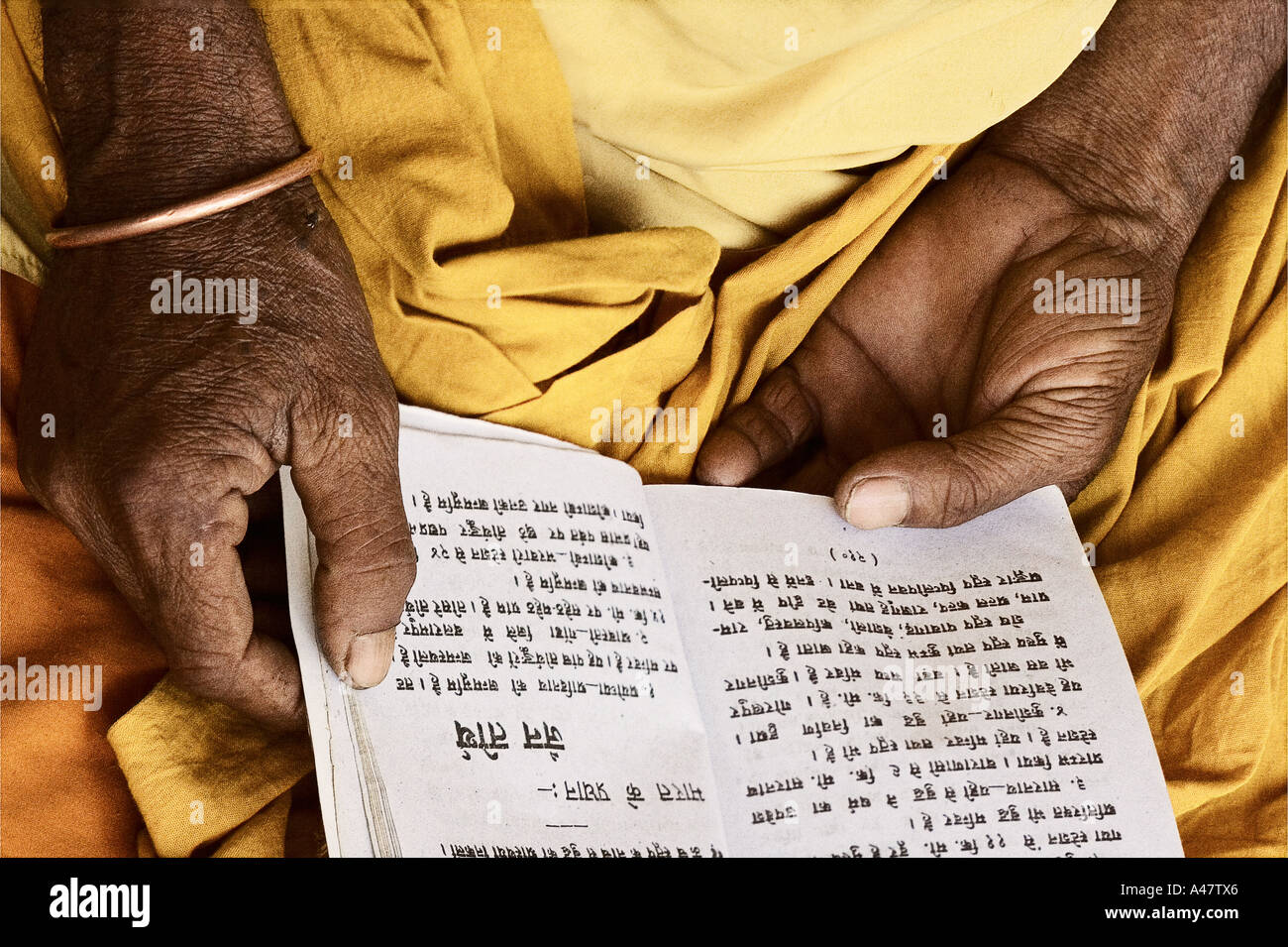 Holy Saddou reading Hindi scripture - Stock Image