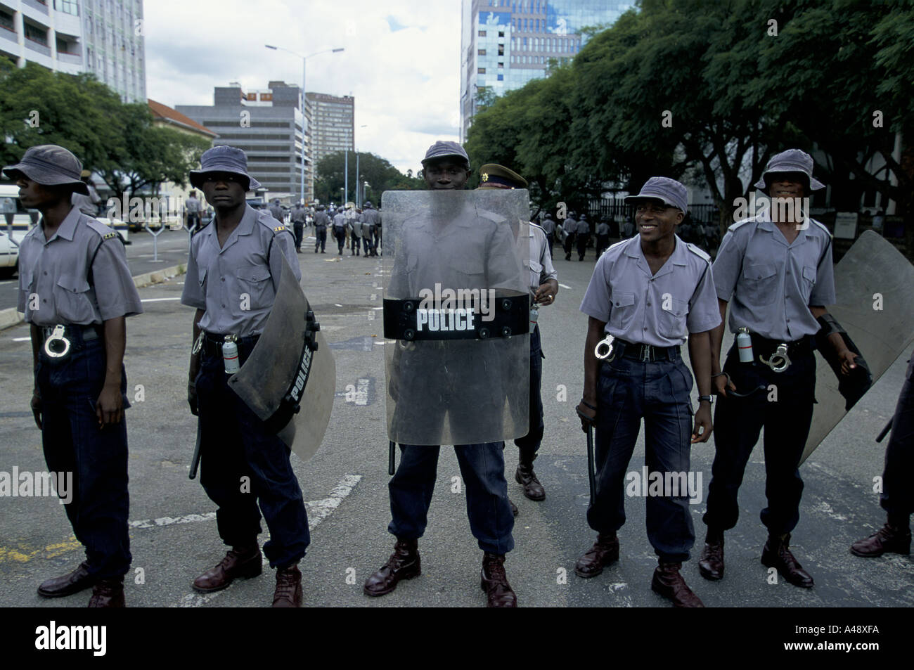 peace rally harare 1 4 00 protest against the governments collusion with farmstead squatters riot police 2000 Stock Photo