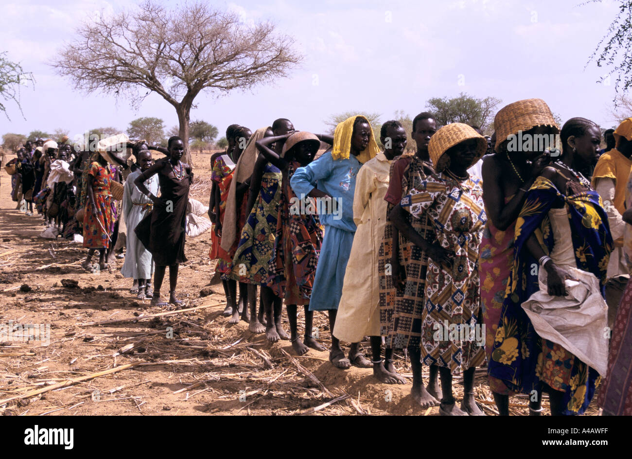 sudan food air drops southern sudan women queue for seeds distributed by save the children fund near akon 1998 - Stock Image