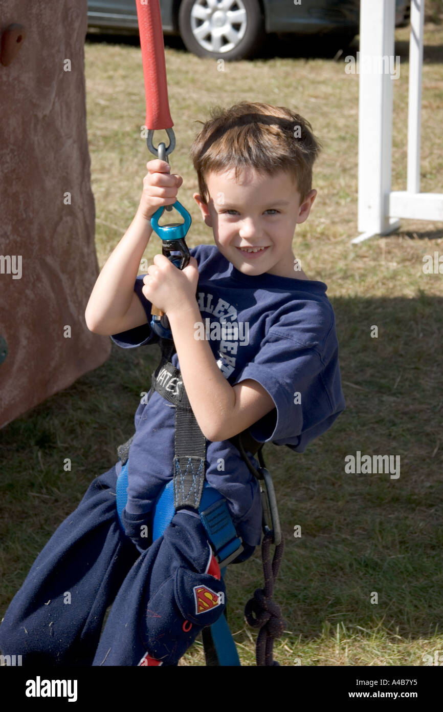 little boy in climbing harness A4B7Y5 little boy in climbing harness stock photos & little boy in climbing