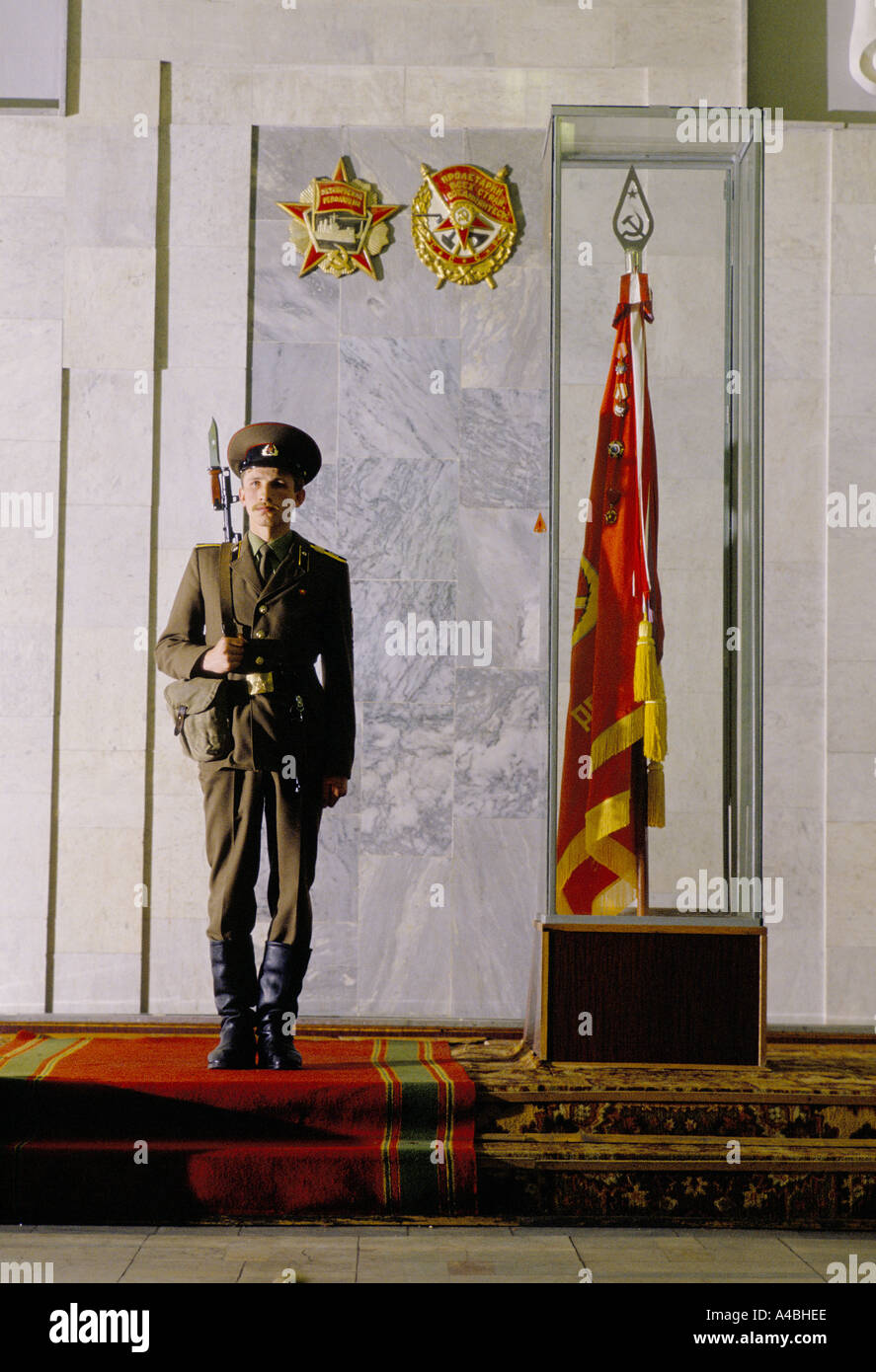 A soldier stands guard at the KGB's training school beside the college's flag, Moscow, Russia, USSR, 1990 - Stock Image