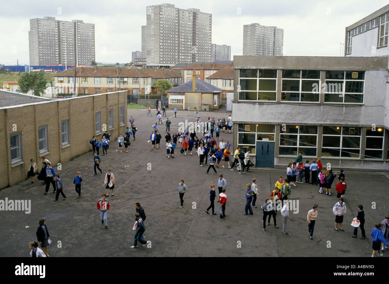 CHILDREN IN THE PLAYGROUND, HOLYROOD SECONDARY SCHOOL, GLASGOW. - Stock Image