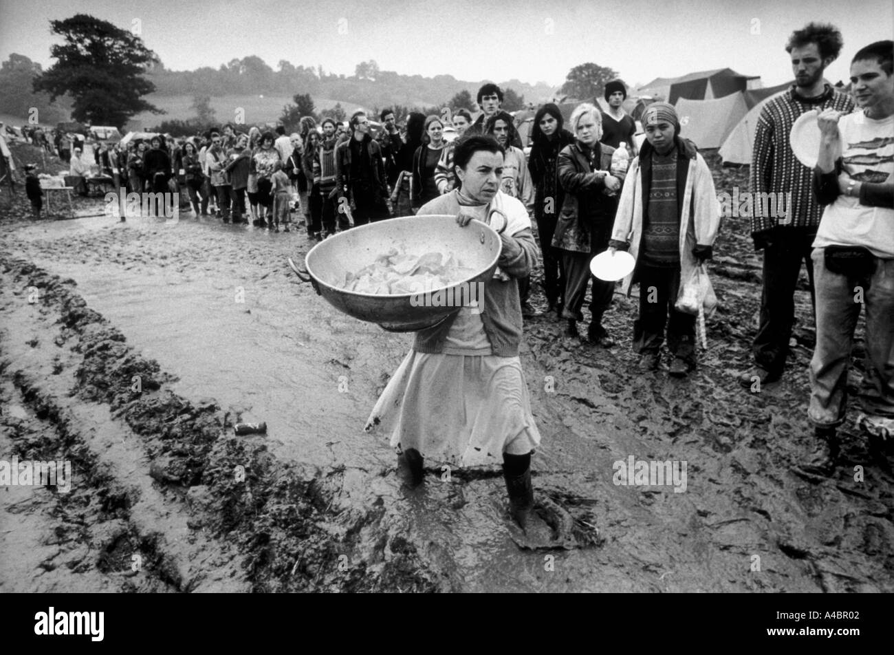glastonbury hare krishna cook brings fresh popadoms to be given away free to the long queue 1997 - Stock Image