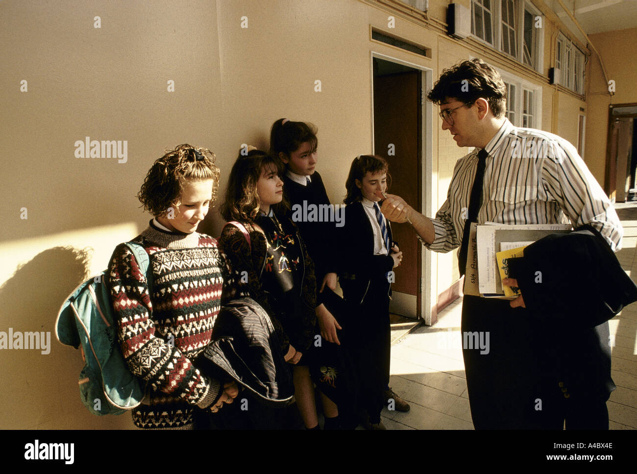 HOLYROOD SECONDARY SCHOOL CHILDREN, TALKING WITH A TEACHER GLASGOW,5/1990 - Stock Image
