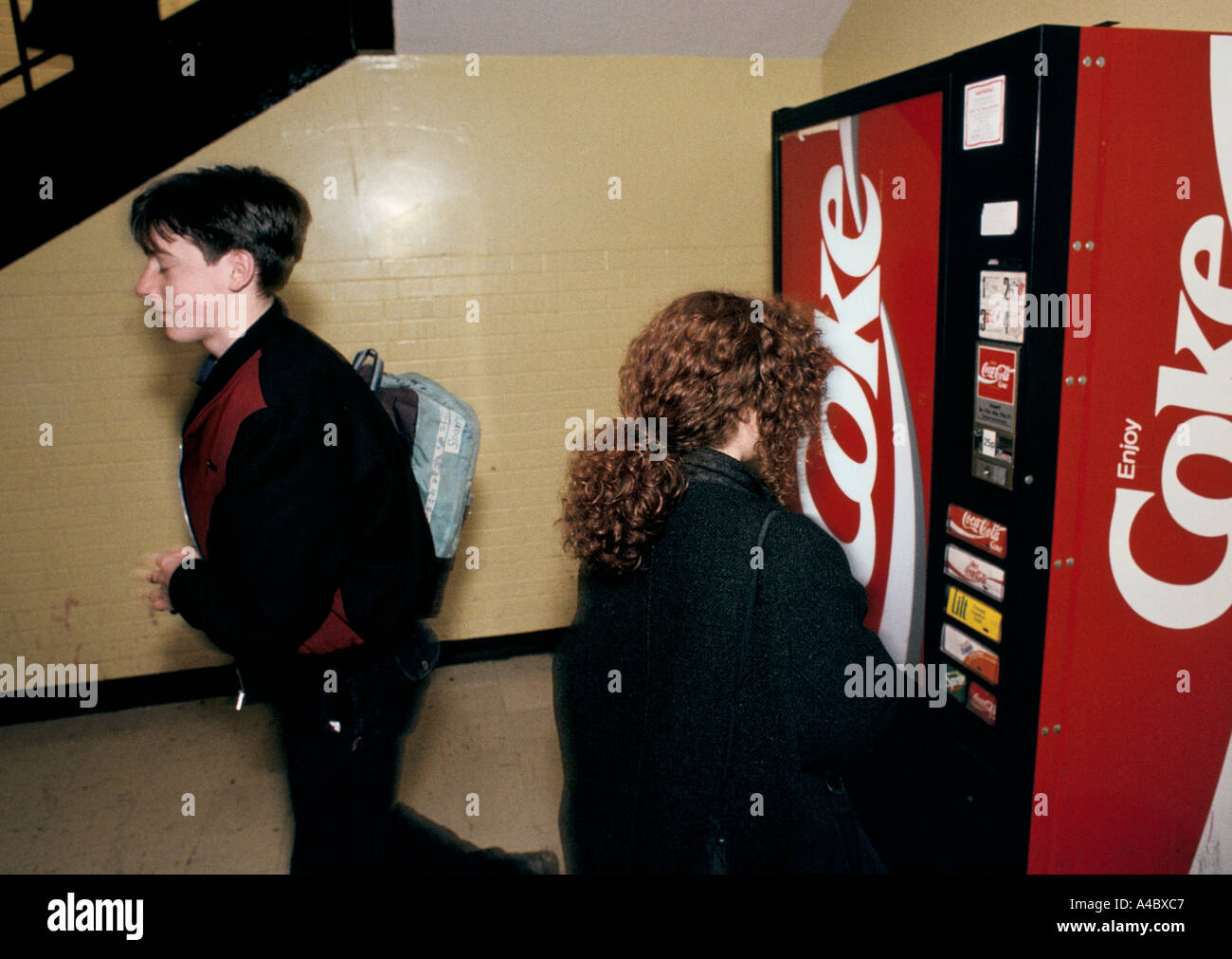 SECONDARY SCHOOL CHILDREN STANDING BY A VENDING MACHINE HOLYROOD SCHOOL GLASGOW, 1990 - Stock Image