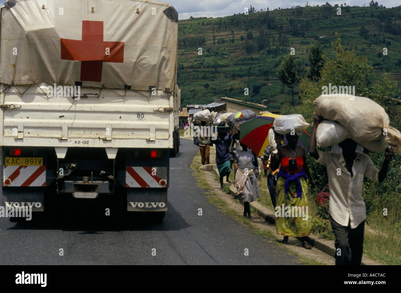 'RWANDAN CIVIL WAR', INTERNATIONAL RED CROSS CONVOY BRINGING IN MEDICAL SUPPLIES TO KIGALI NEARS TOWN AS HUTUS FLEE IN THE OPPOSITE DIRECTION. april 1994 - Stock Image