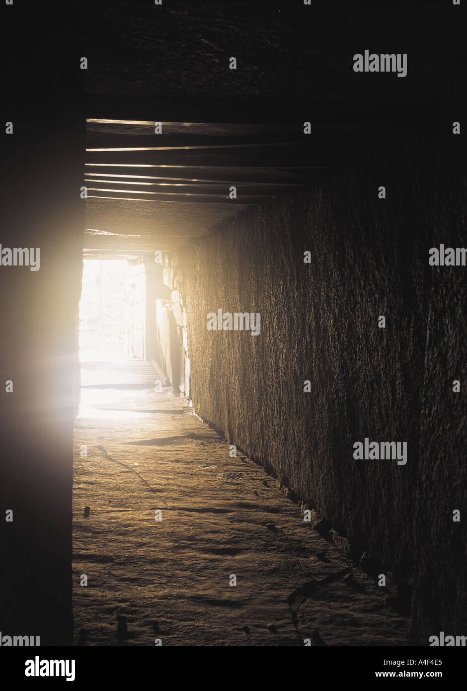 dh  MAESHOWE ORKNEY Neolithic burial mound entrance passage with midwinter sun Stock Photo
