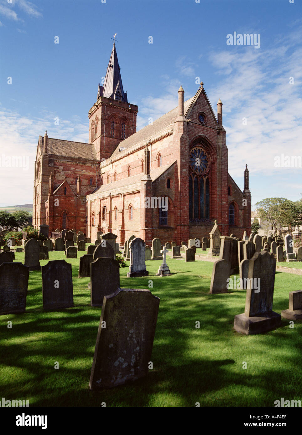dh St Magnus Cathedral KIRKWALL ORKNEY Cathedral building and graveyard orkneys - Stock Image