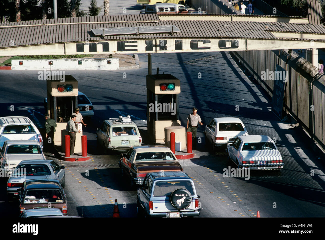 cars-entering-mexico-at-the-border-in-tijuana-in-the-1980s-A4H4WG.jpg