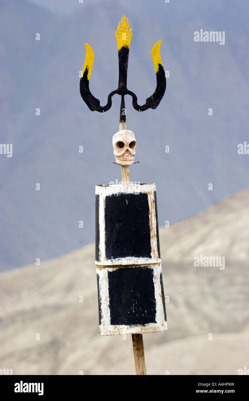Skull with trident on a wooden stick in the Himalayan region of  Ladakh. - Stock Image