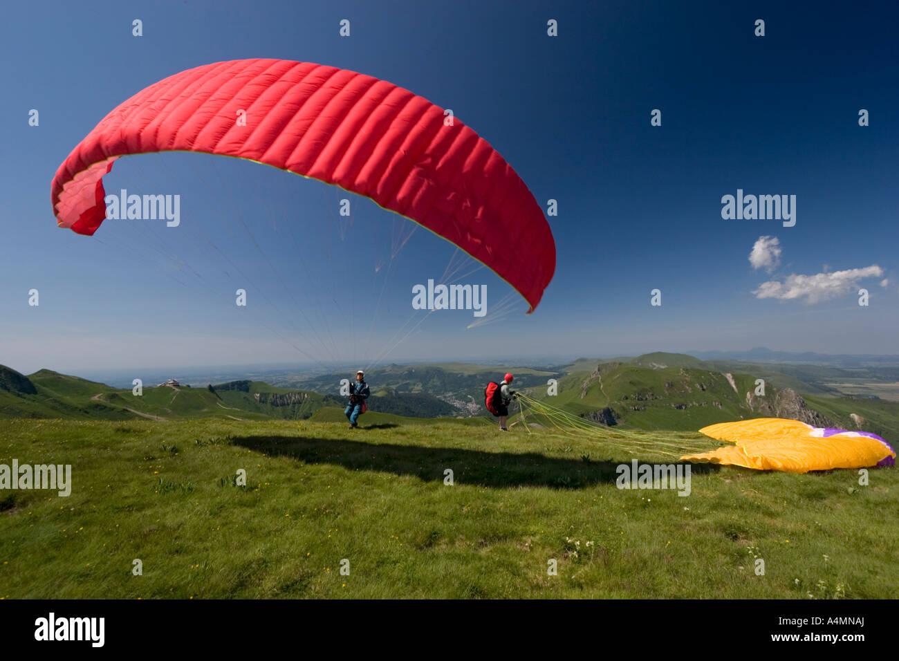 A paraglider ready to take off (Puy de Dôme-France). Parapentiste s'apprêtant à prendre son envol - Stock Image