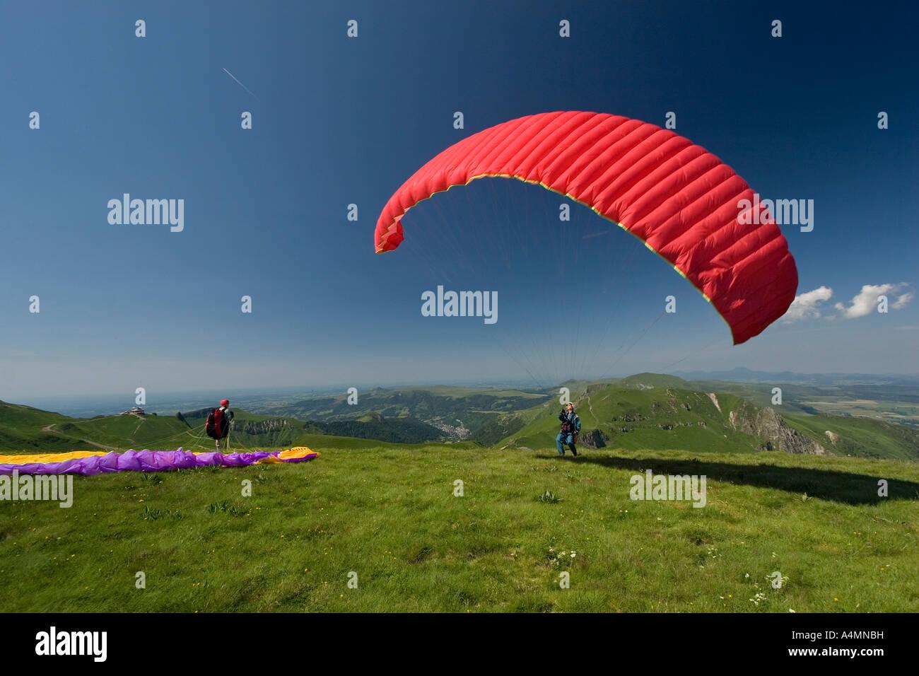 A paraglider ready to take off (Puy de Dôme - France) Parapentiste s'apprêtant à prendre son envol (Puy de Dôme Stock Photo