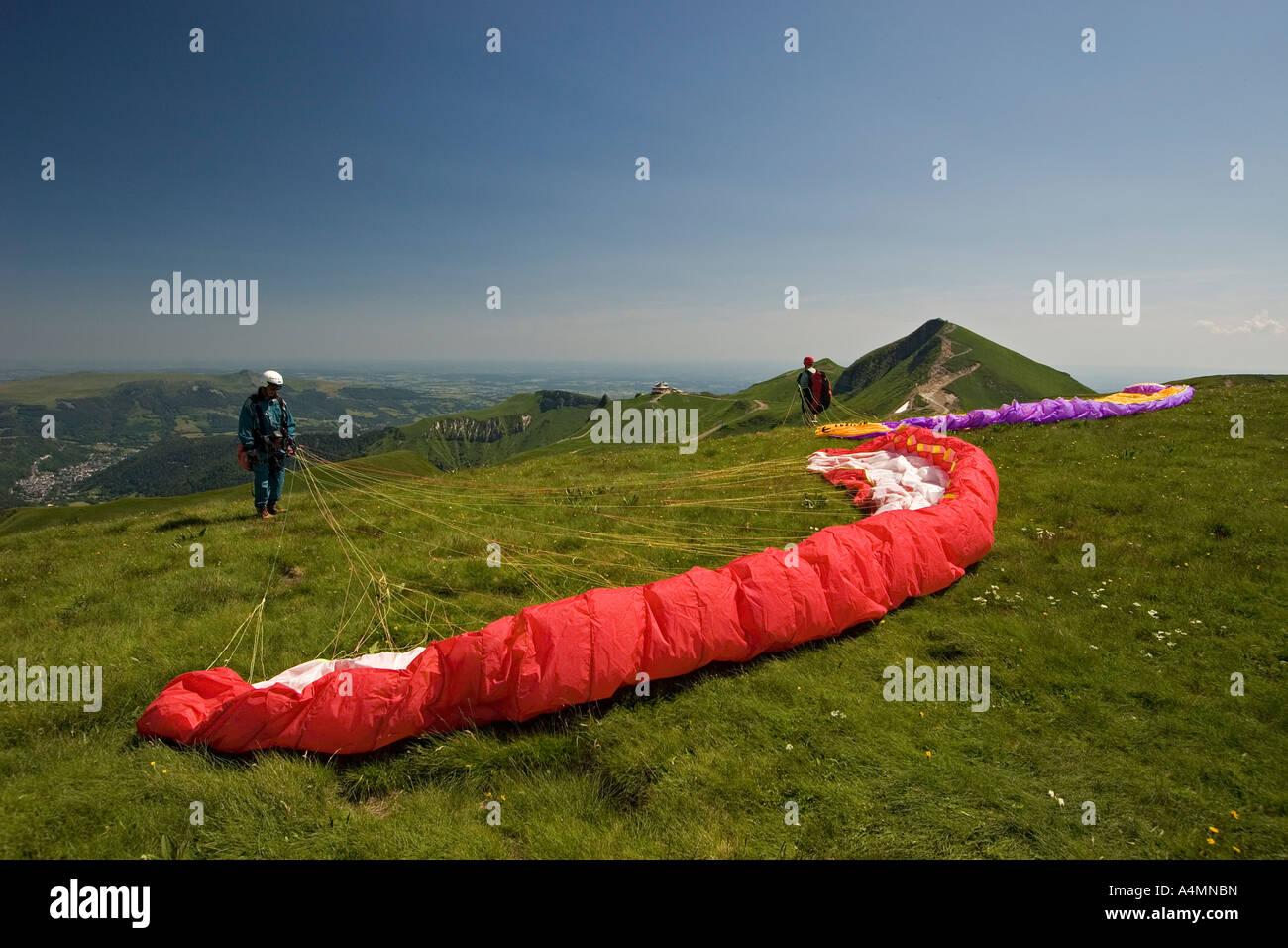 Paragliders preparing their takeoffs (Puy de Dôme - France). Parapentistes préparant leur envol (Puy de - Stock Image