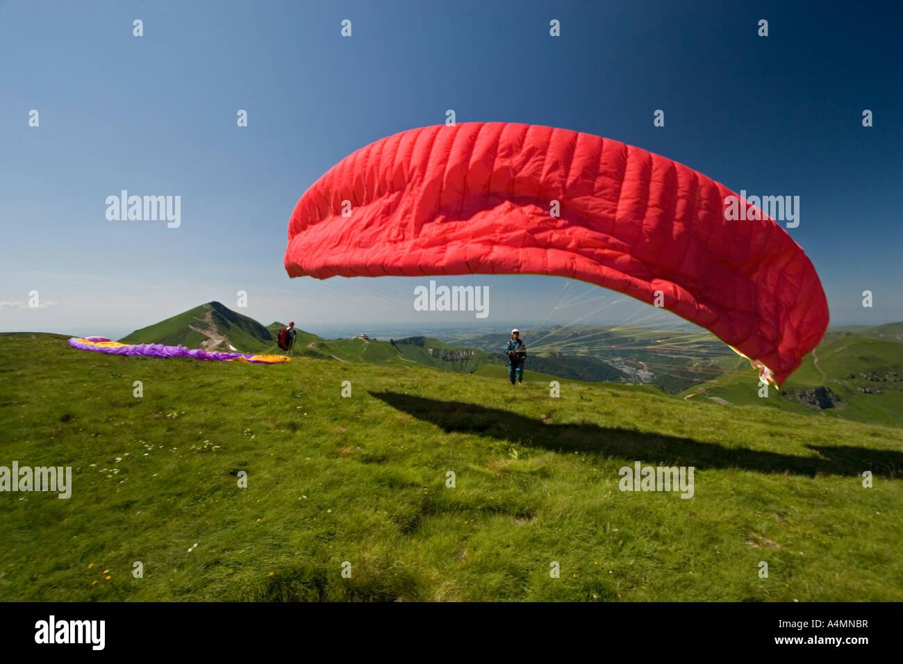 A paraglider ready to take off (Puy de Dôme - France). Parapentiste s'apprêtant à prendre son - Stock Image