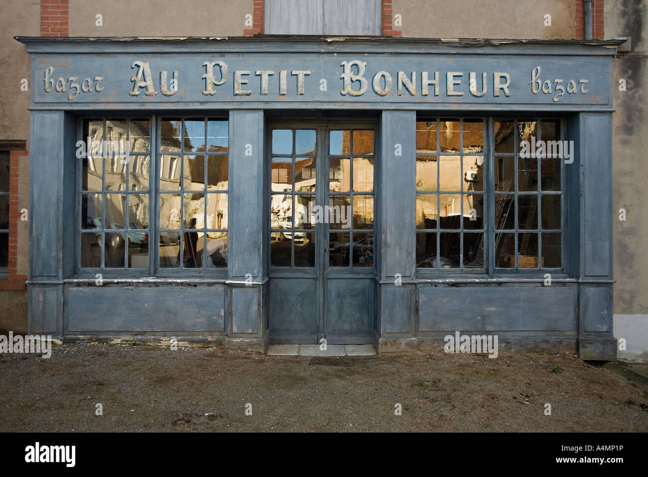 'To the pot luck': a dowdy shop front, in Ainay the Castle (France). 'Au petit Bonheur', vieux magasin - Stock Image