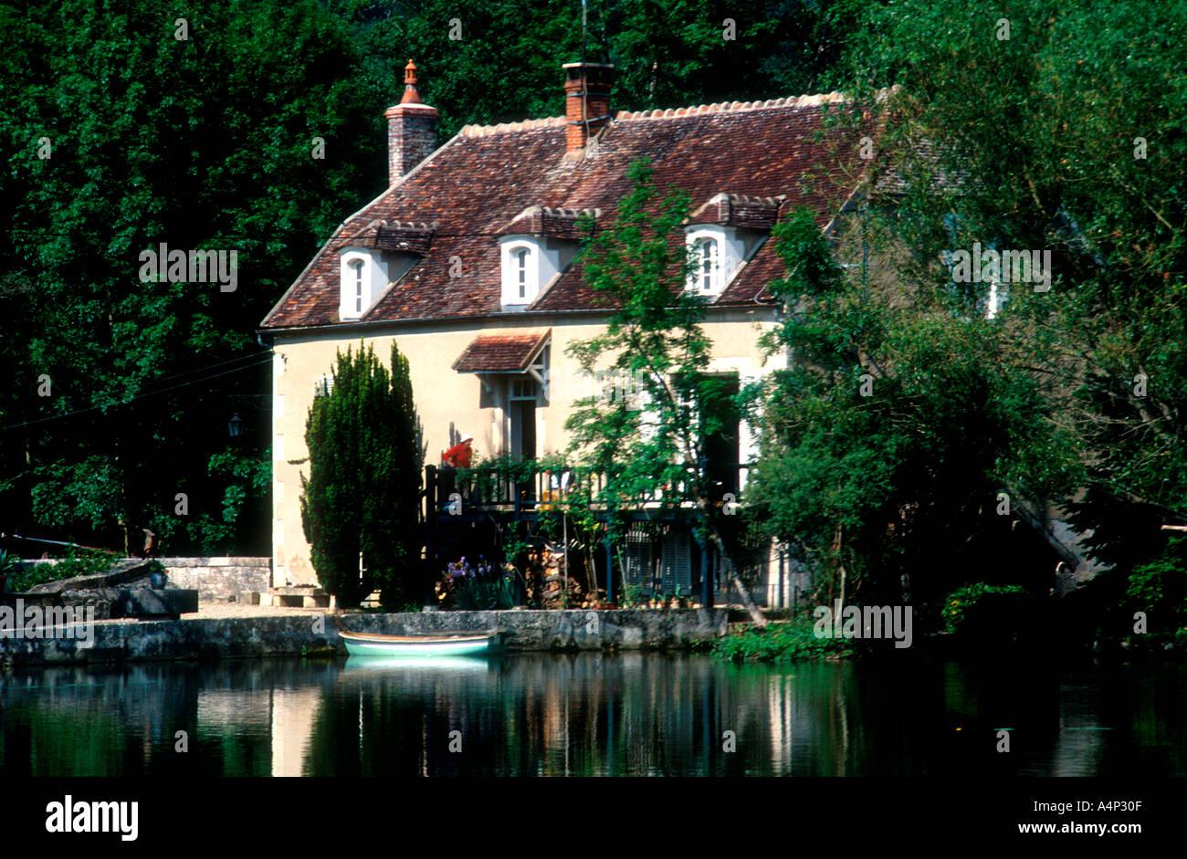 Lock-keepers house Yonne River Nivernais Canal Bourgogne region France - Stock Image