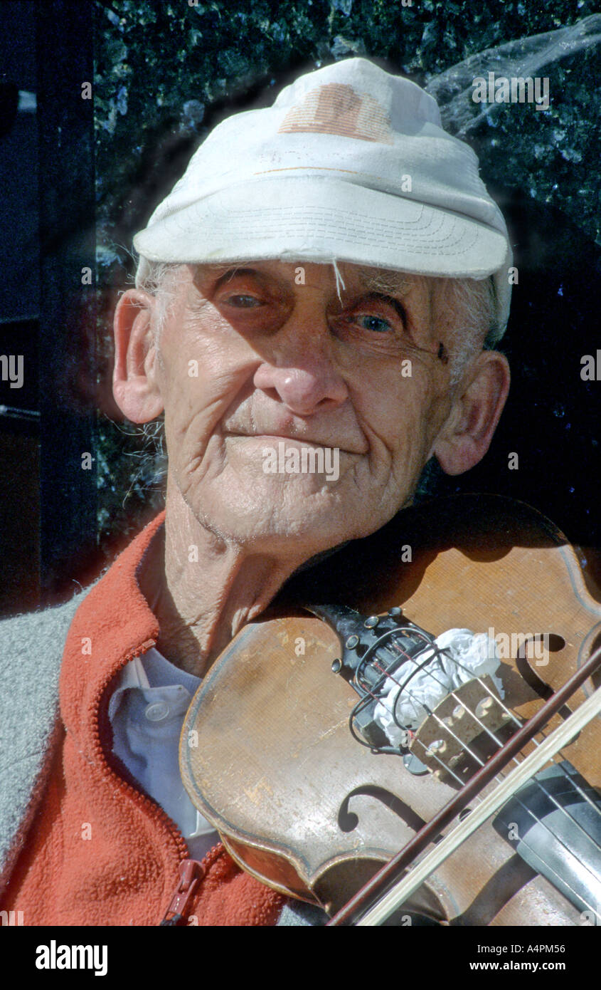 Irish fiddler Grafton street Dublin - Stock Image