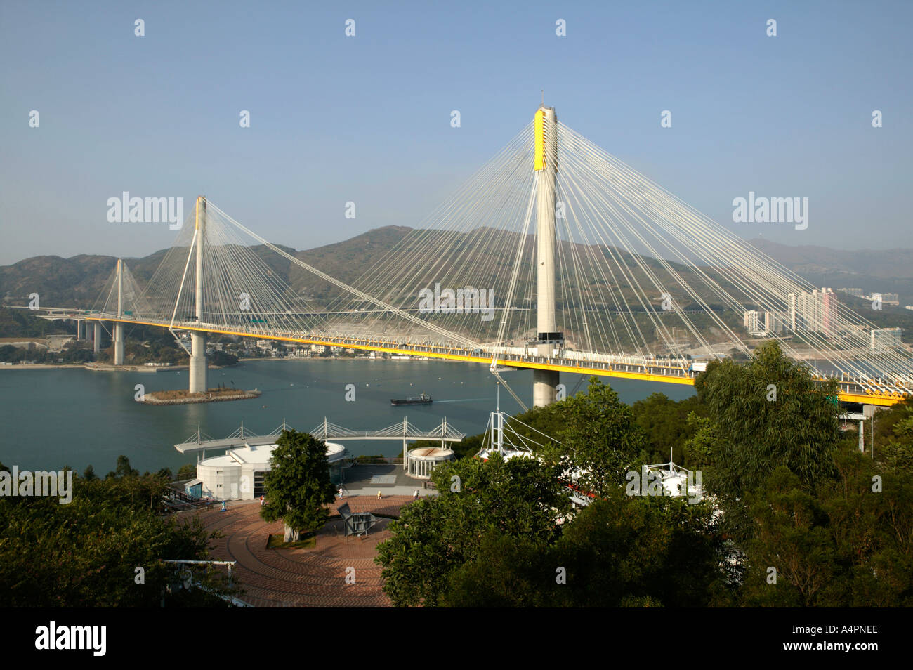 the bridge to entre china hong Currently, chinese citizens sill need to apply for a permit enter the  some  chinese travelers, the new bridge project will make hong kong and.