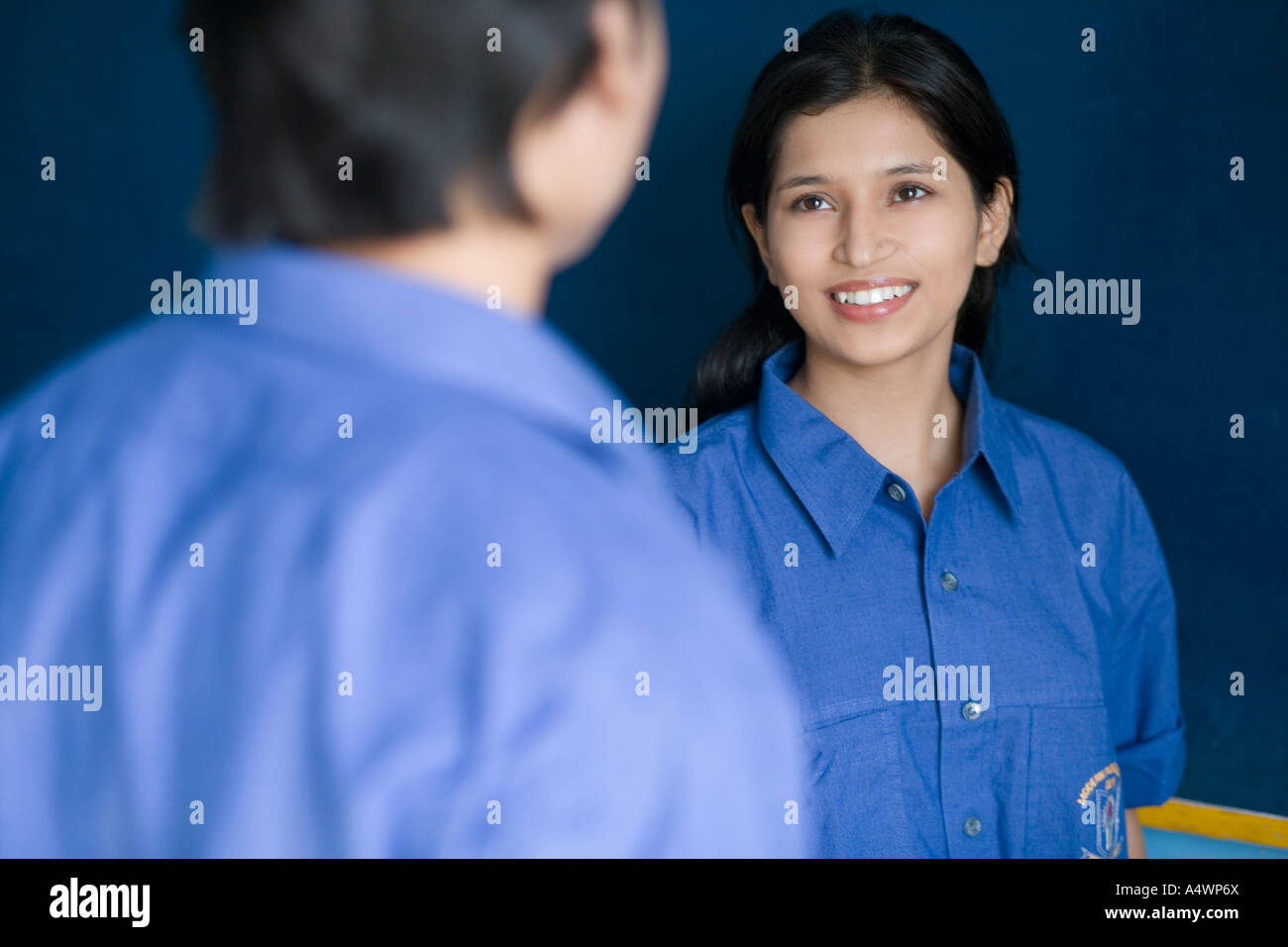 Female student talking to male classmate - Stock Image