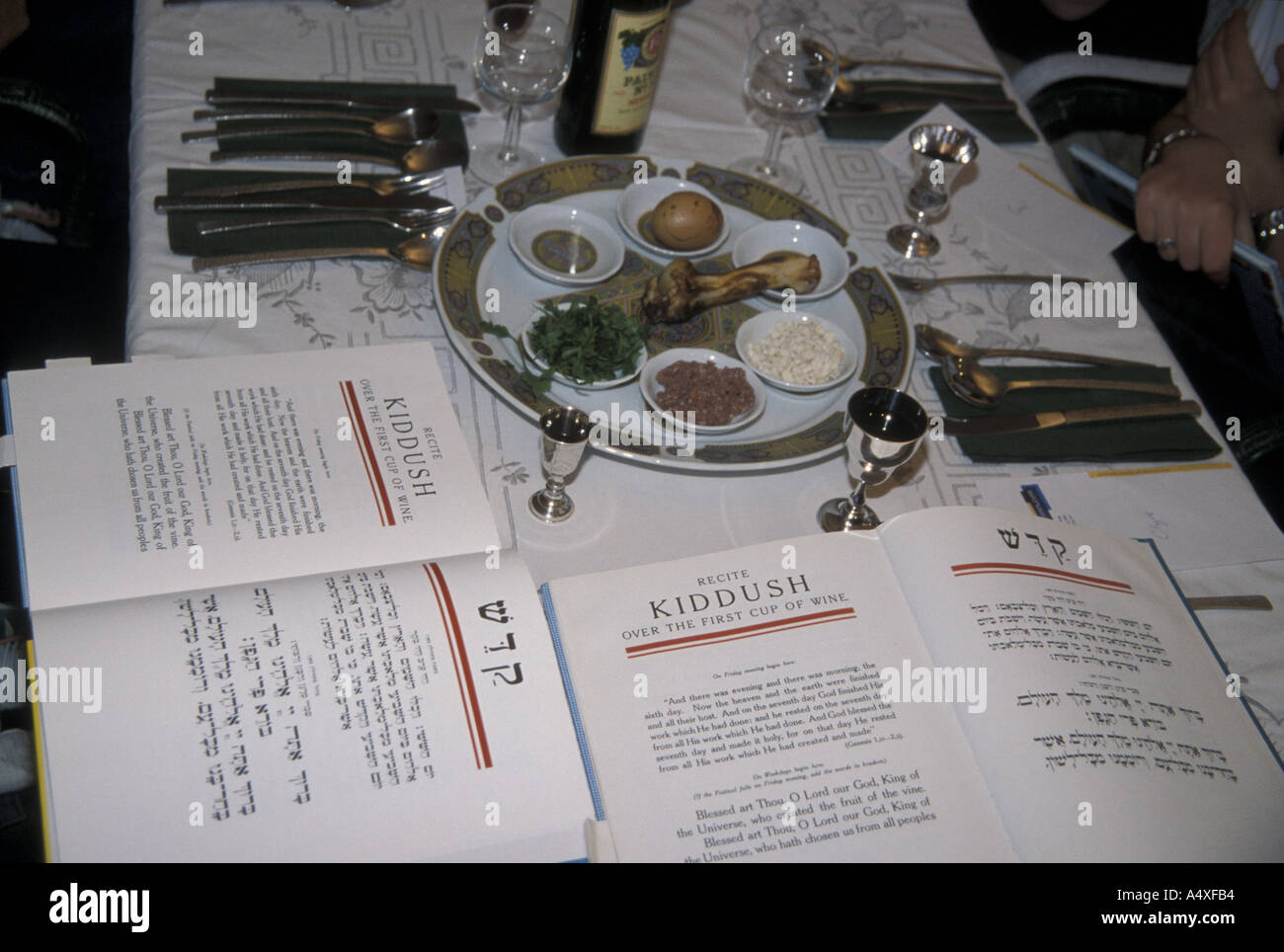 JUDAISM Passover table with seder plate and Haggadah - Stock Image