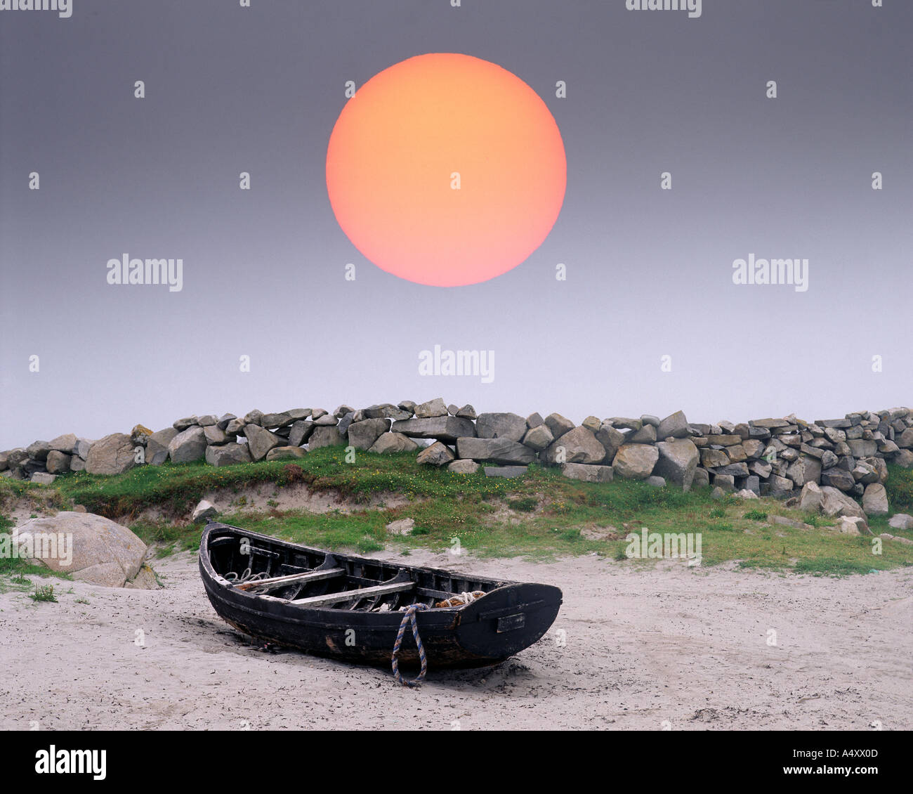 IE - CO. GALWAY: Boat on Carna Strand - Stock Image