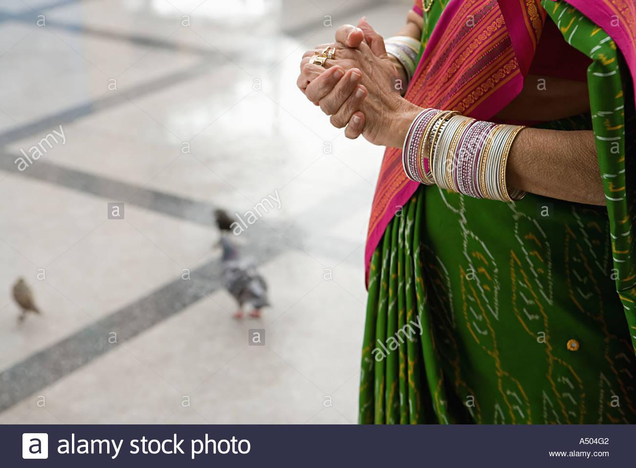Woman in sari near pigeons - Stock Image