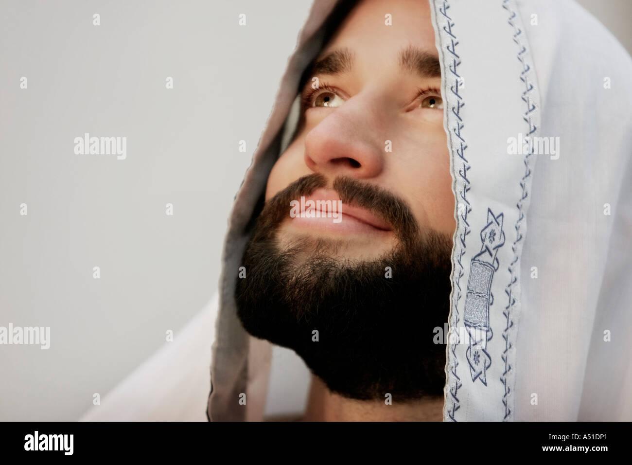 Jewish man wearing a tallis - Stock Image