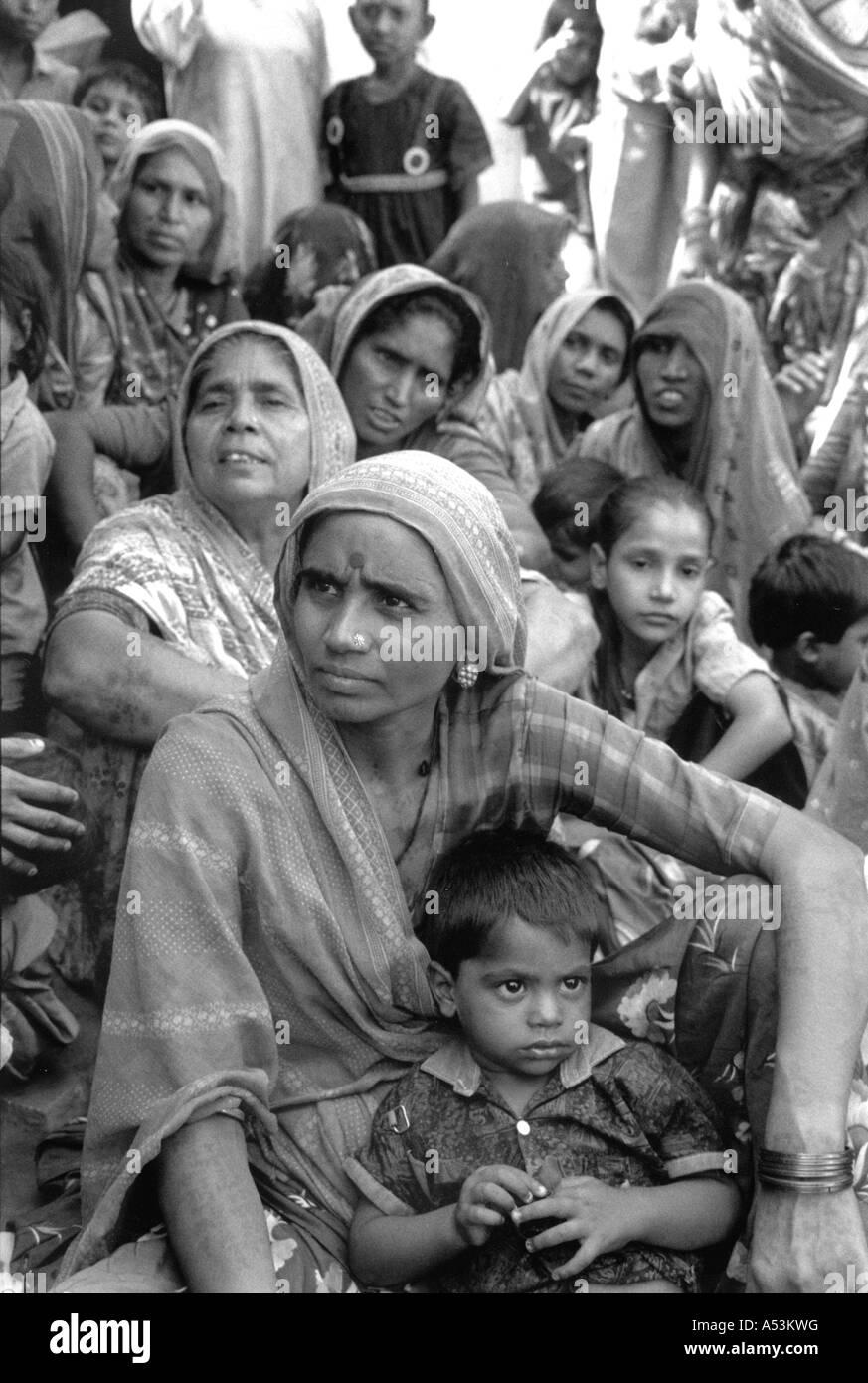 Painet ha1321 121 black and white women woman development meeting slum ahmedabad gujarat india country developing - Stock Image
